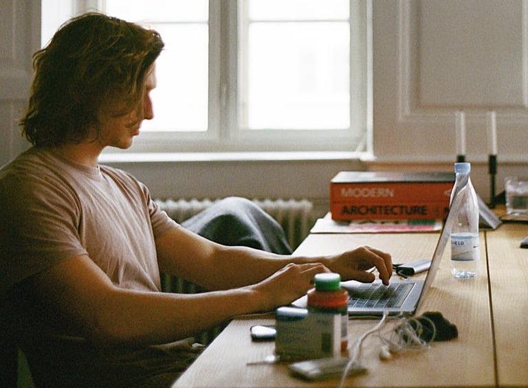 Trabalhar em casa para empresas ou no próprio negócio digital é tendência