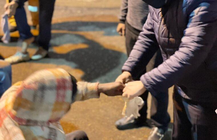 No frio intenso, subprefeito sai às ruas para ajudar moradores de rua